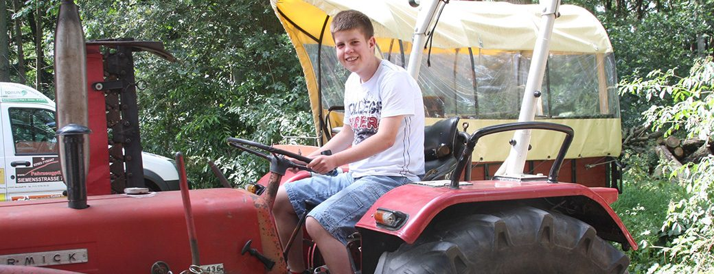 Mirko auf dem Traktor